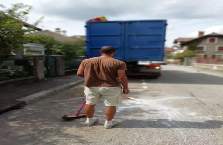 Pose et rotation de benne à déchet pour débarrassage de maison et appartement en Suisse